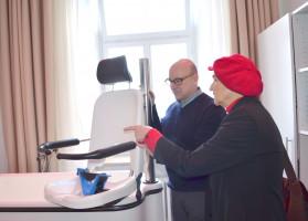 Herr Schneiderling und Frau Däubler-Gmelin begutachten Hilfsmittel