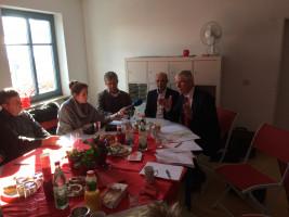 Kommunal- und Landespolitiker im Gespräch mit der Presse