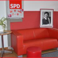 Die rote Couch im Bürgerbüro