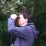 Florian von Brunn blickt mit Fernglas in die Weite